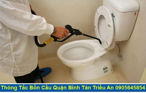 Thợ Thông Tắc Bồn Cầu Đang Dùng Máy Lò Xo Thông Tắc Quận Bình Tân.
